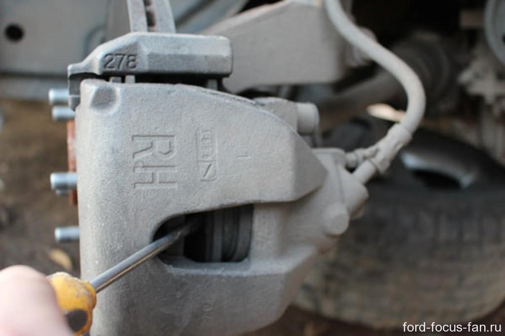 как поменять передние тормозный колодки форд фокус 2 своими руками