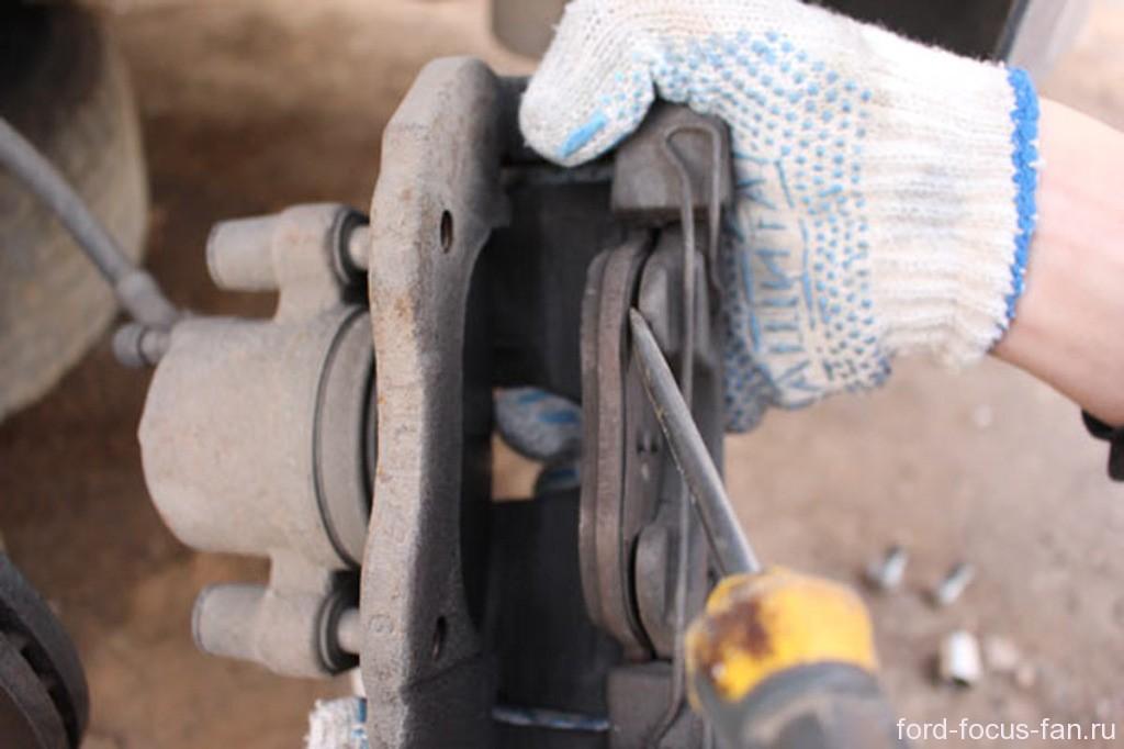 где поменять тормозные колодки форд фокус 2