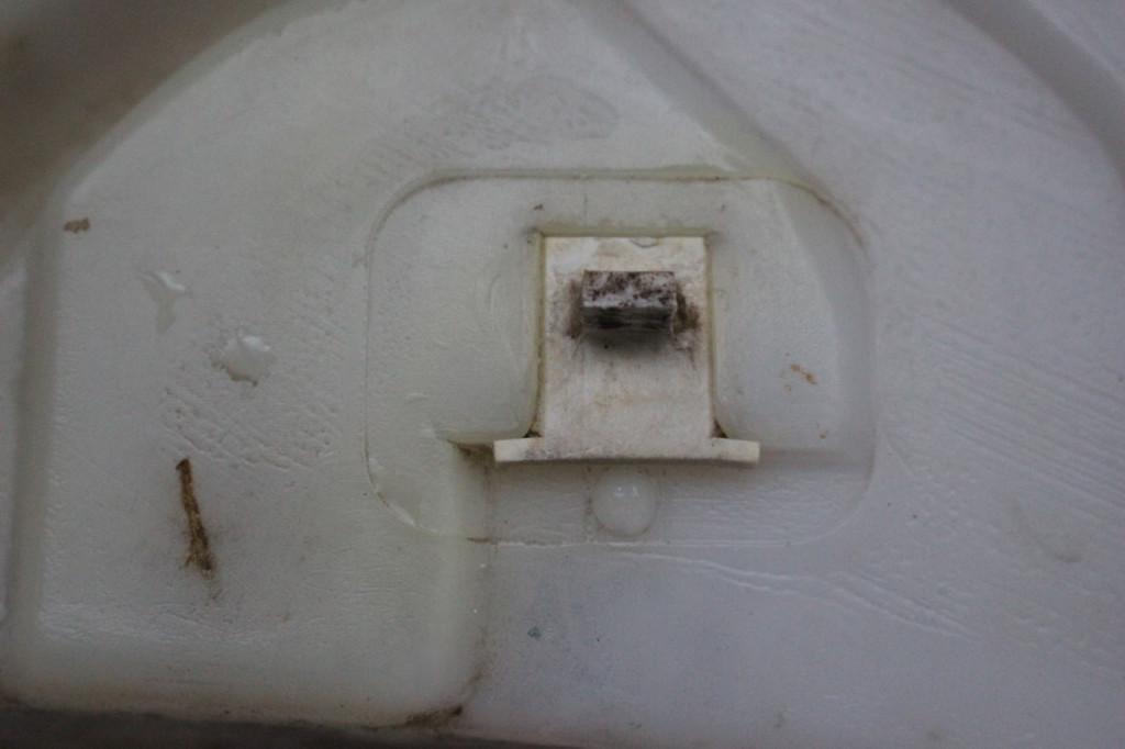 фиксатор бачка омывателя форд фокус 2
